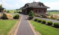 Cihlová dlažba souzní s fasádou i zahradou velkoryse pojatého domu