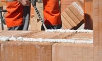 Zimní malty a zdicí pěna HELUZ prodlužují stavební sezonu